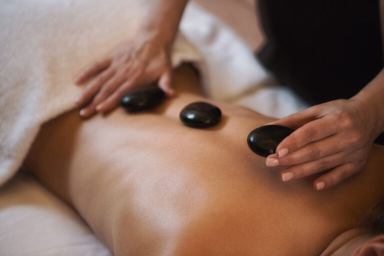 https://www.alpenlove.at/wp-content/uploads/2021/04/hot-stone-massage-768x512.jpg
